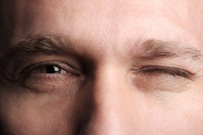 Mắt phải giật ở nam báo hiệu điềm gì?
