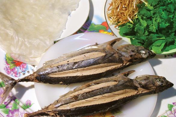 Món cá ngừ bánh cuốn